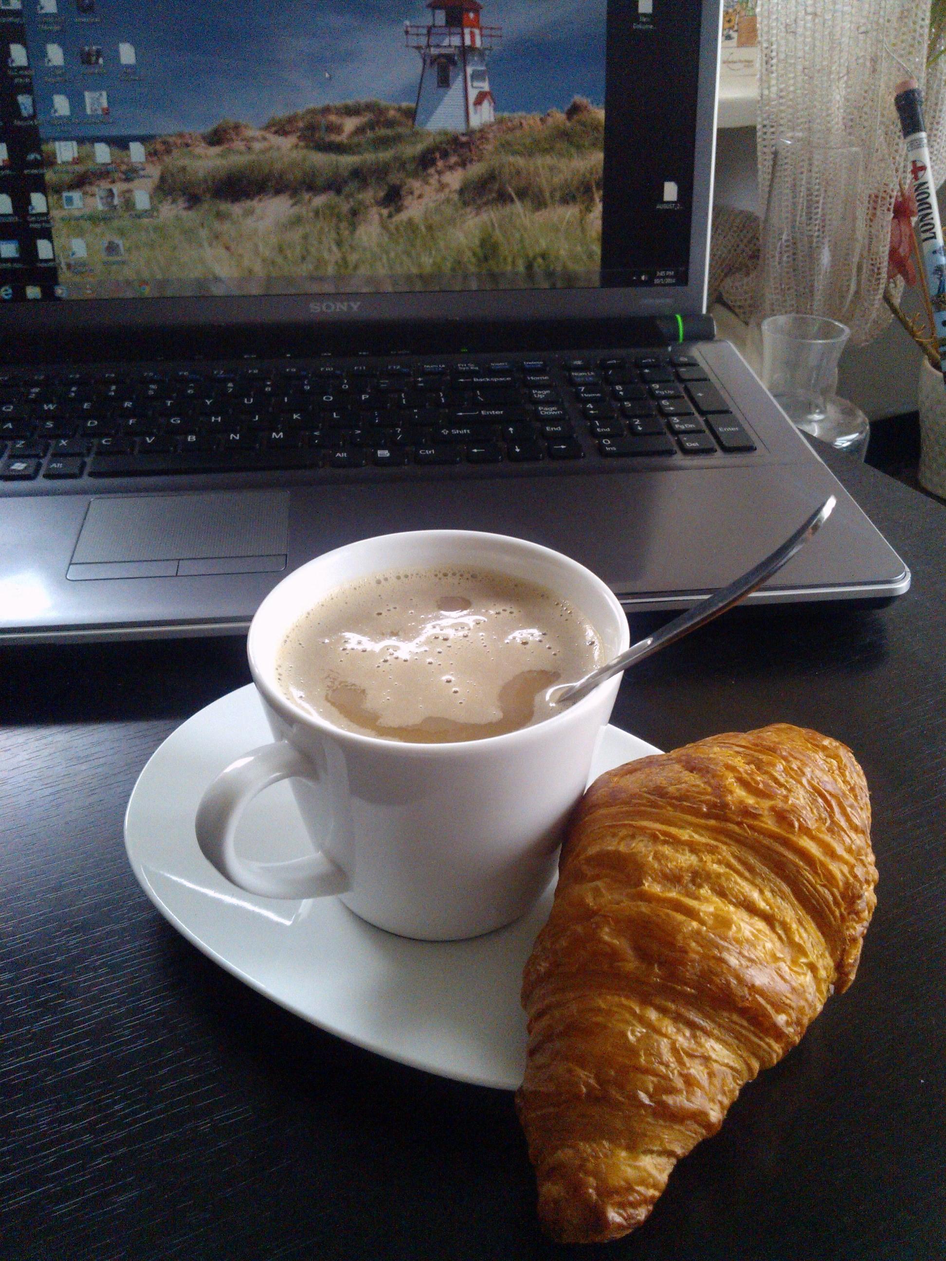 Maslový croissant a Inka s mandľovým mliekom
