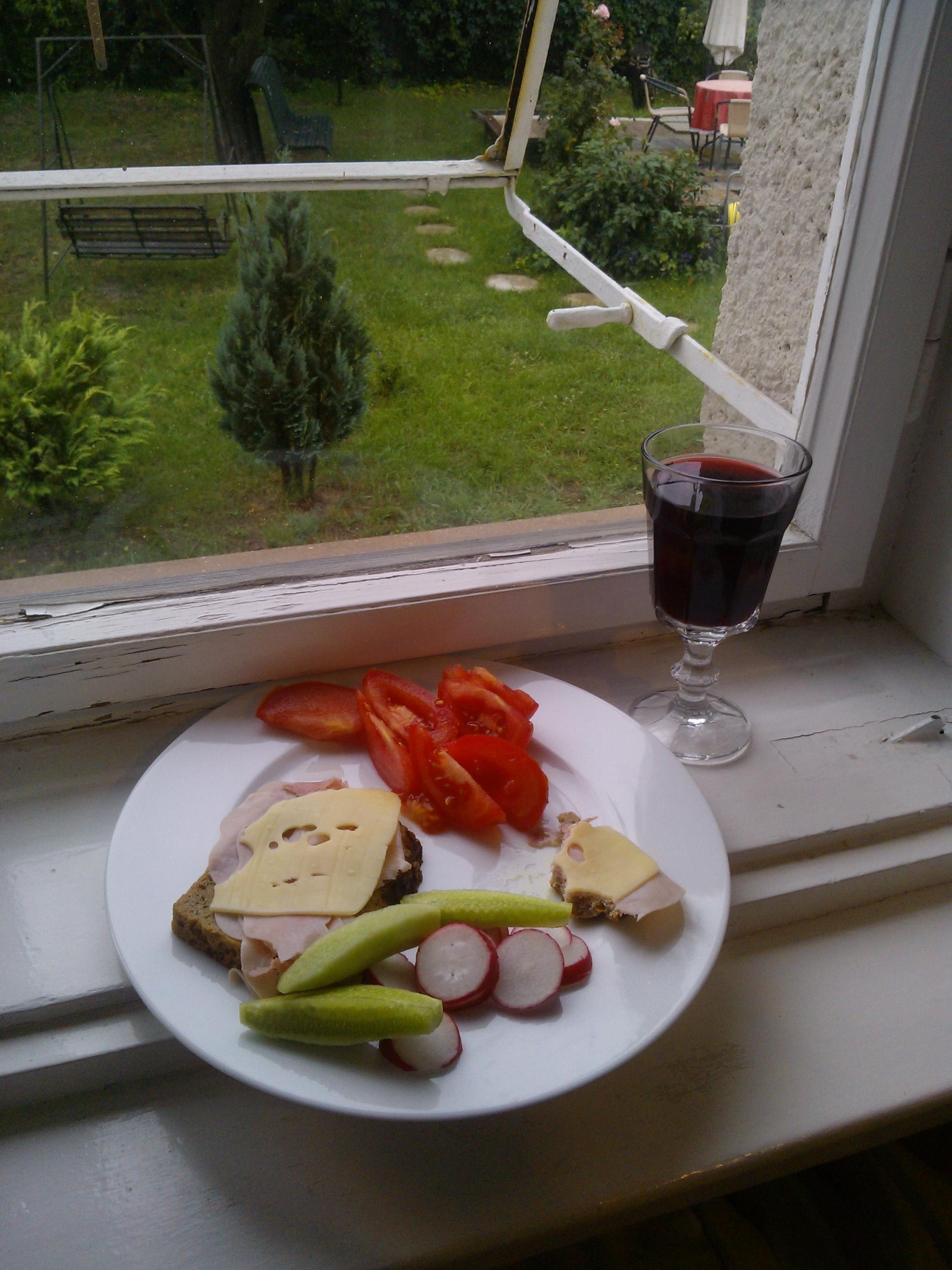 Suchá letná večera, v tom pohári bude červené víno