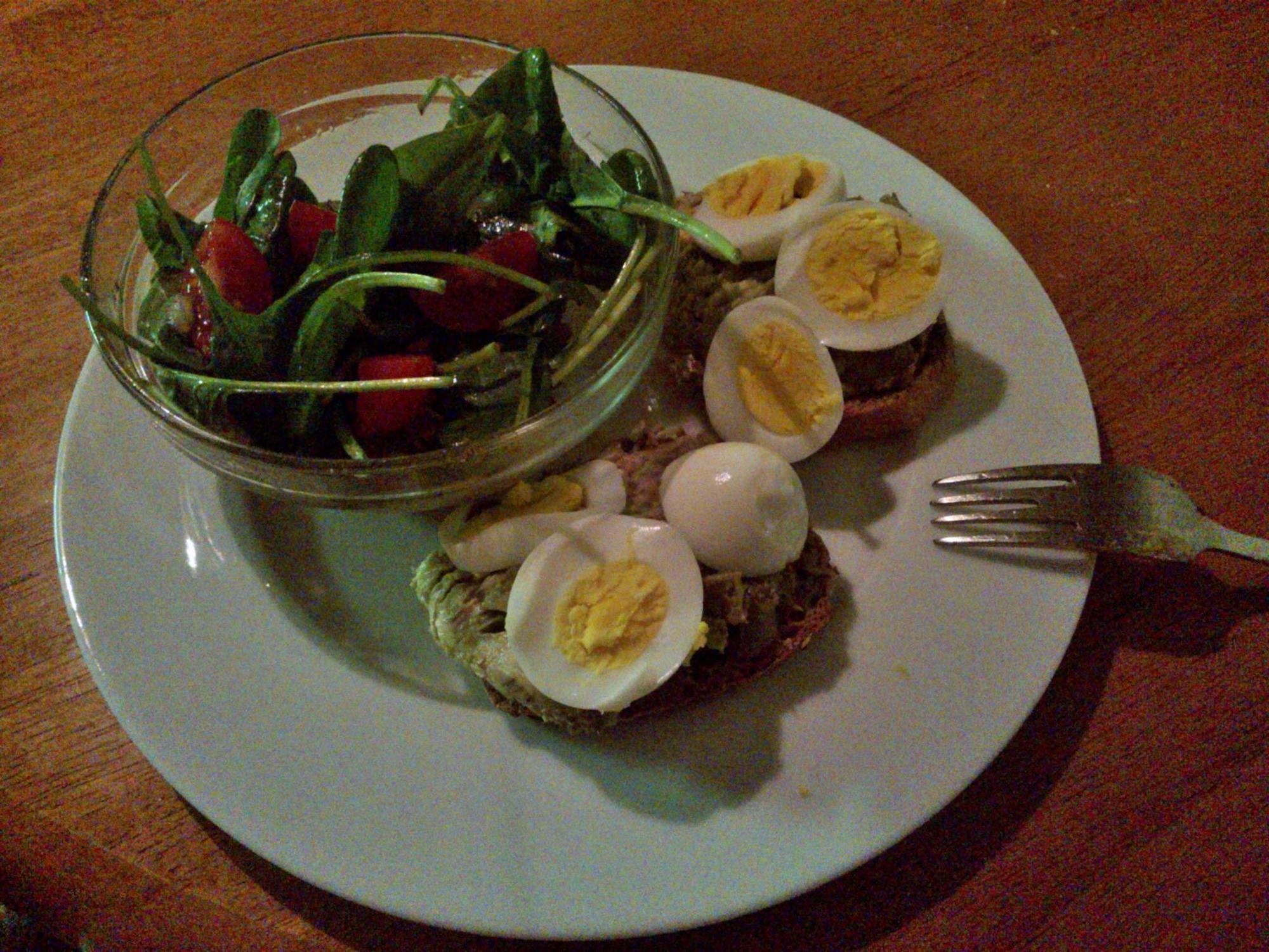 Hrianky s tuniakom a vajíčkom, malý šalát