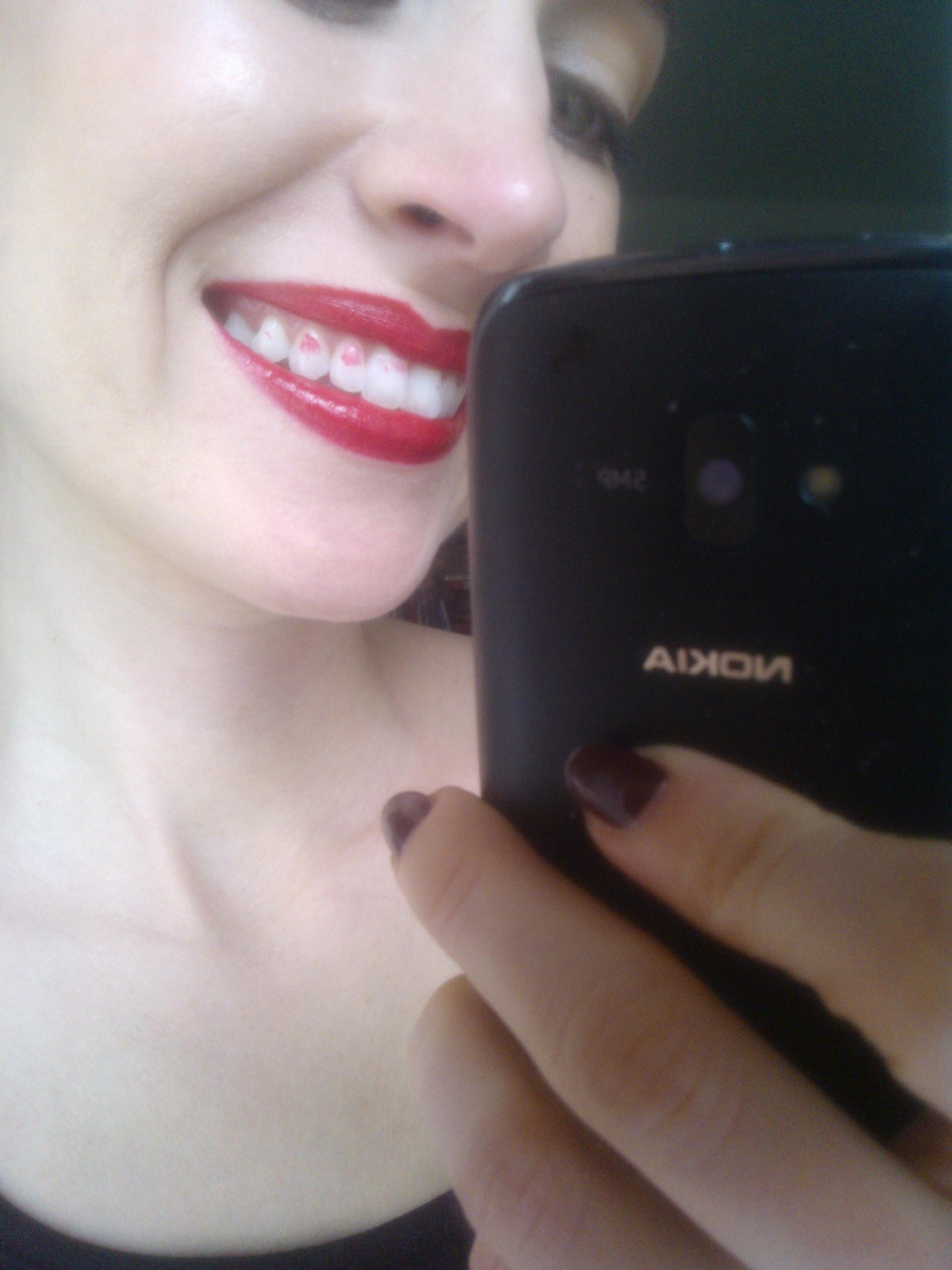 nočná mora všetkých narúžovaných-dá sa tomu predísť ak si do úst strčíte celý prst, perami ho jemne obopenetea pomaly vytiahnete..prebytočná farba zvnútra pier sazachytí na prste, nie na vašich zuboch