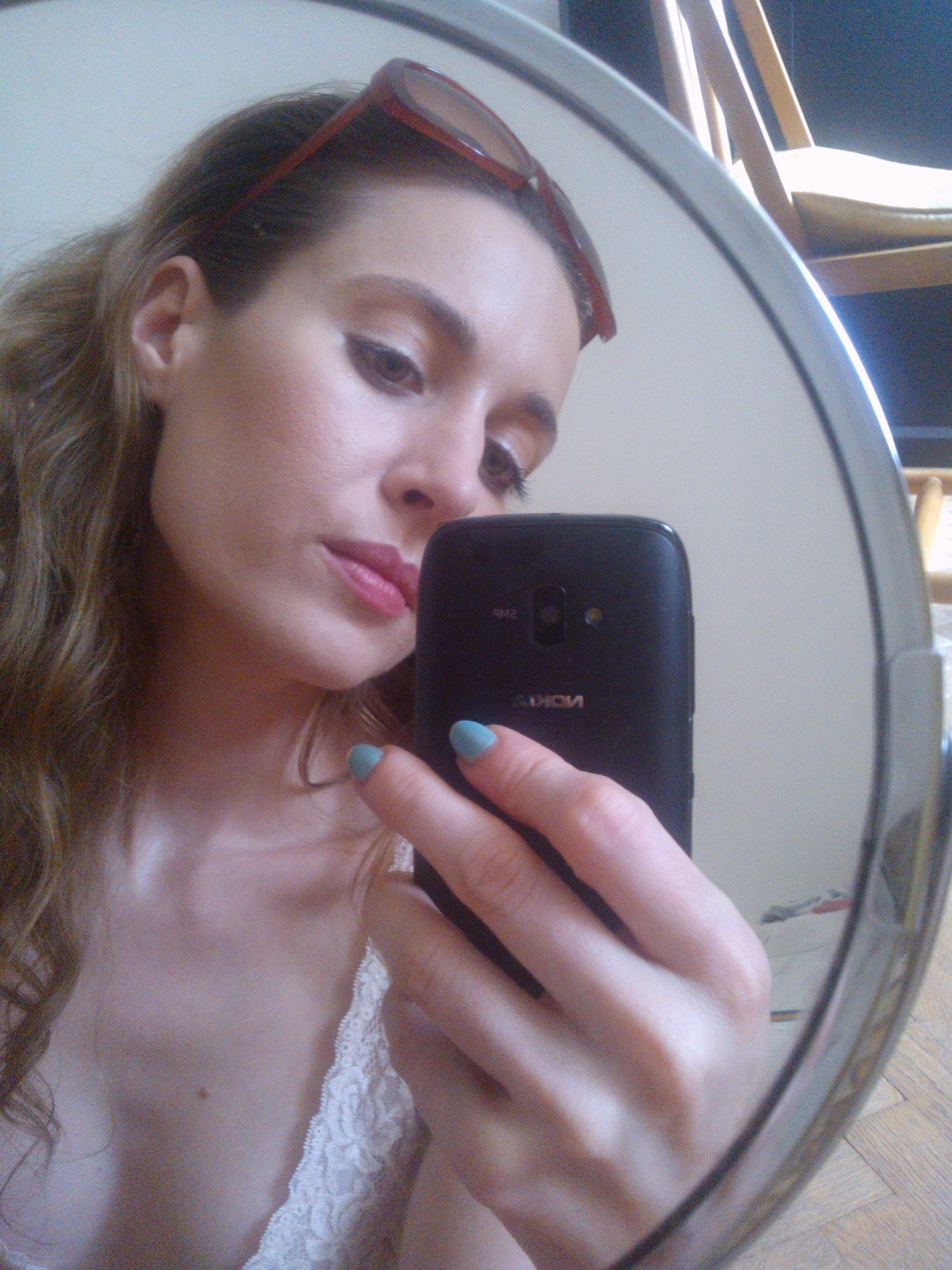 days off minimal-biela perleťová linka, maskara, makeup Laneige SPF 50, rúž na líčka, jemne upraviť obočie, púder a tónovaný balzam na pery