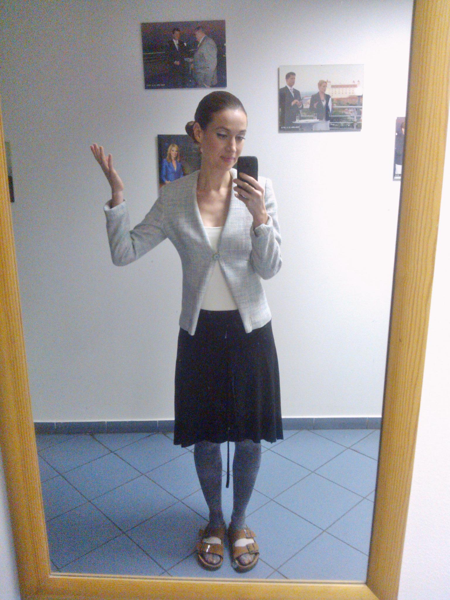 Raz sa mi jeden kolega smial, že vyzerám ako predavačka z Tesca, našťastie u nás už nepracuje, pffff..