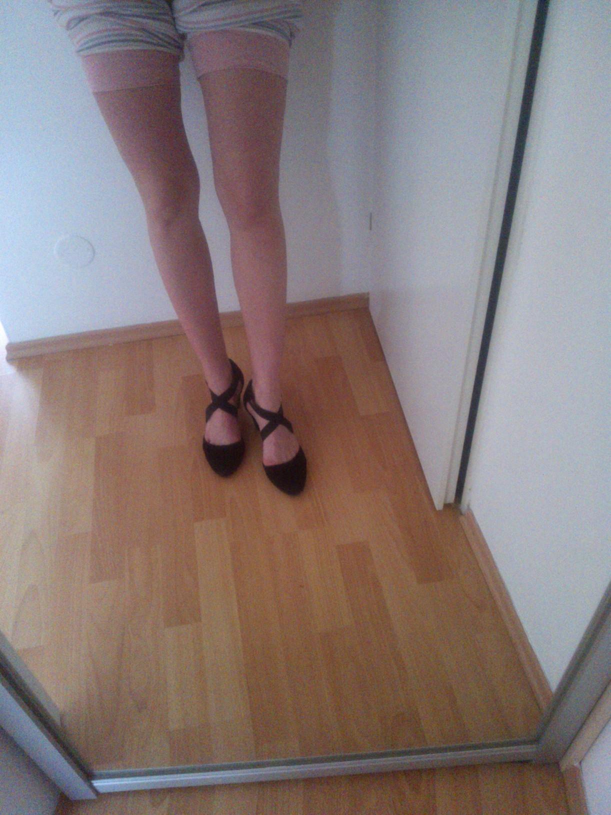 ale mám aj pekné topánky, nechodím len v drevákoch :) toto napr. moje obľúbené semišové Manfield kúpené v Rotterdame. Nosím ich aj k pyžamu ;)