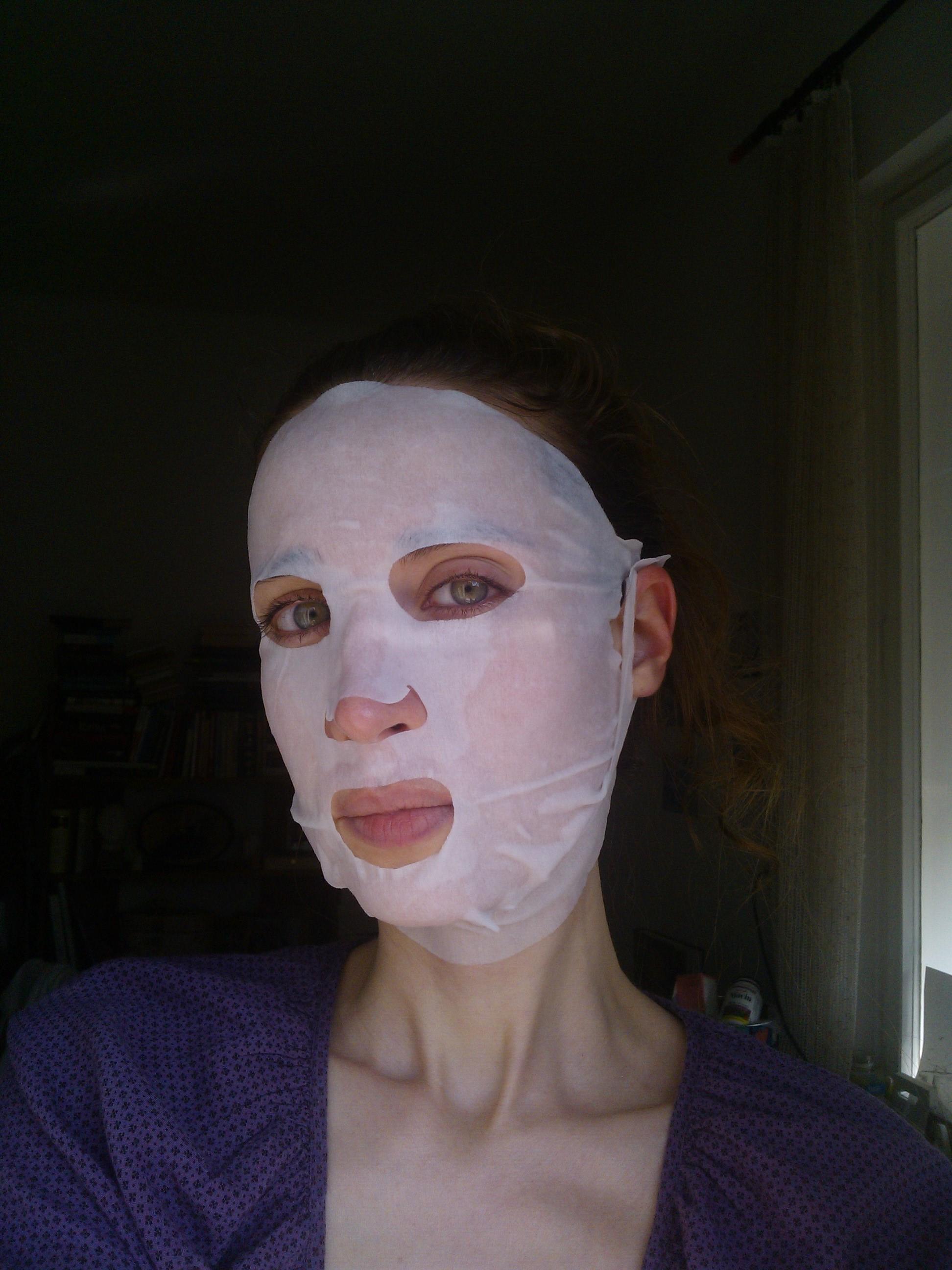 Kým nevlastním žiadny nočný podbradový spevňovač, je táto maska jedinou možnosťou expresného liftingu. Skúste ju, nič za to nedáte. Okrem nejakých dvoch- troch eur teda..