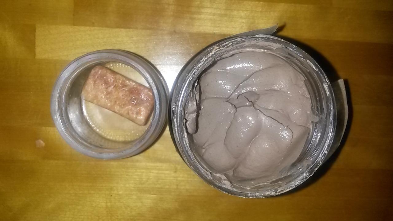 vľavo ambra, vpravo Rhassoul-maska na tvár a vlasy