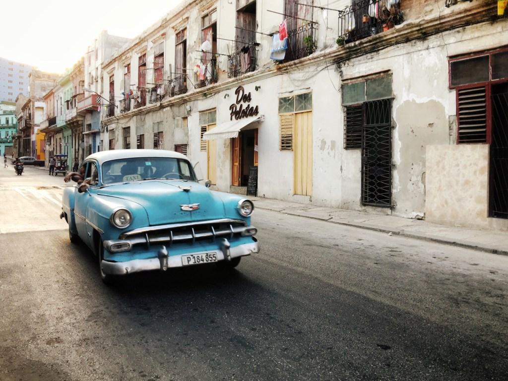 """""""Já se passaram alguns meses desde minha viagem para Havana, mas os sons e vistas da cidade ainda estão comigo. Em um instante, eu posso me levar de volta às ruas movimentadas da cidade, sentir o ar quente, empoeirado com cheiro de escapamento e ouvir o grito do vendedor de pão chamando atenção para que sua presença seja notada. Eu fecho meus olhos e sinto o estrondo dos carros antigos circulando, ouço a música vindo de uma porta aberta por perto e o espírito de diversão de um grupo de dançarinos me convidado para uma salsa rápida."""""""