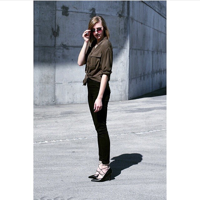 Outfit of the day repost from @katiquetteblog, mixing blacks and dark khaki colors for a sleek look! 🙌🏻 #ootd #streetstyle #repost #fashion