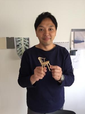 Tabuchi Tomoya holding Onda's prototype