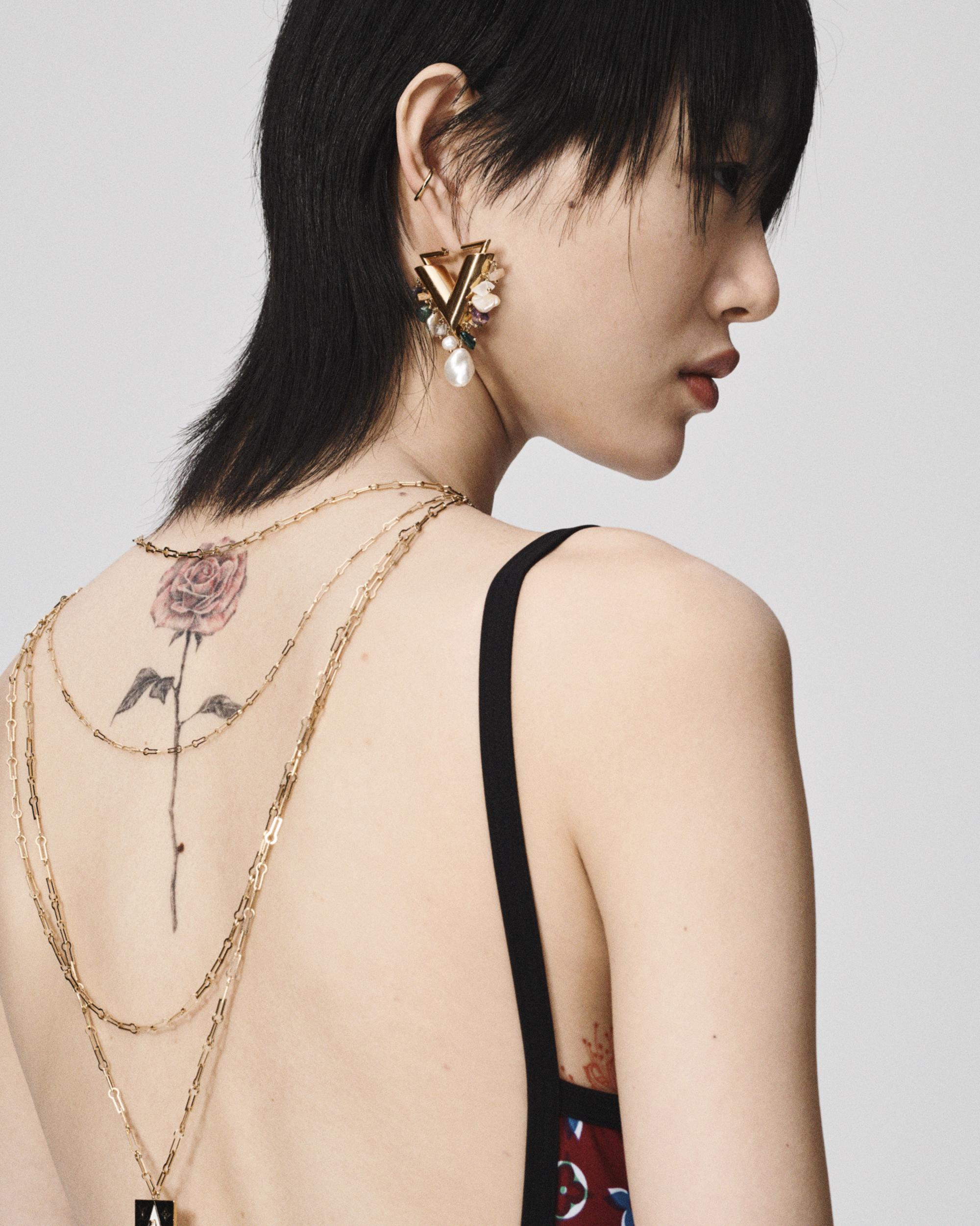 single V earring.jpg