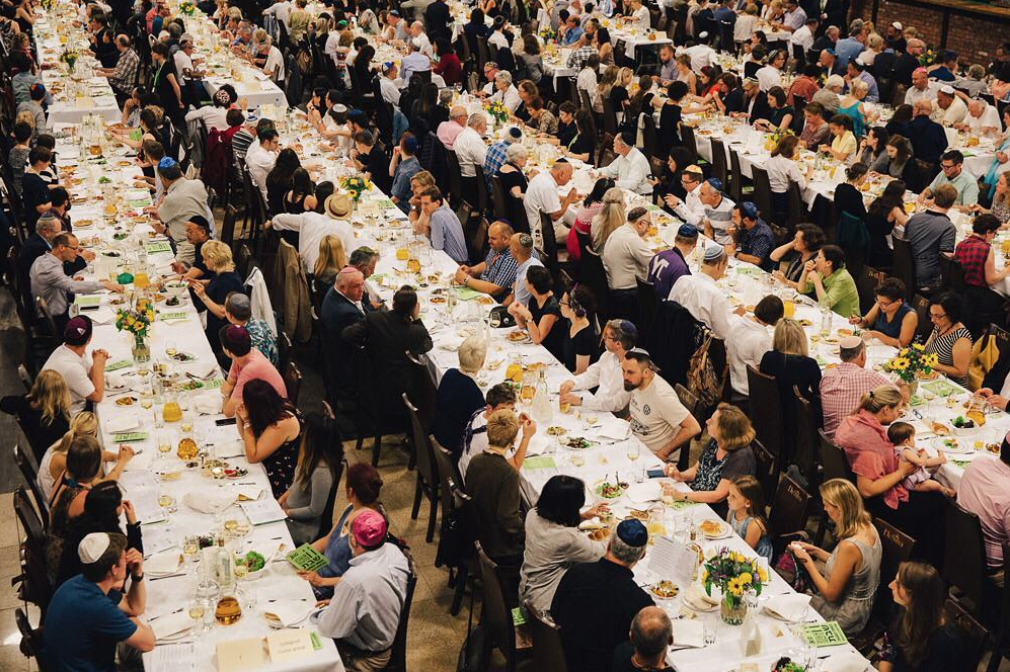 Overcome the Passive II: the Jewish Culture Festival, Kraków. Close to 1,000 observers congregate for a traditional Friday night festive dinner and Shabbat blessings.