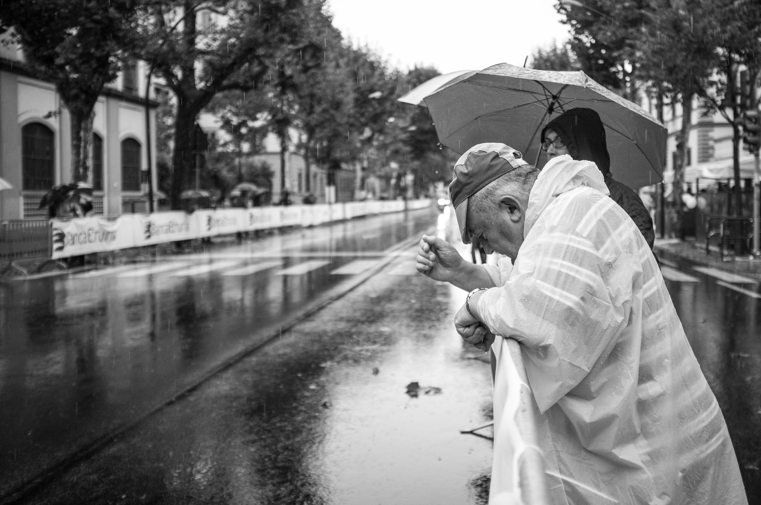4. A devoted fan stands in the rain after the race passes at the men's 2013 World Championship road race in Florence, Italy.
