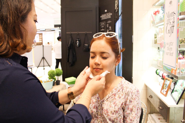 Liz removes Kim's makeup before masking