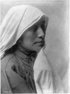 Taos Woman 1905 Edward Curtis.jpg
