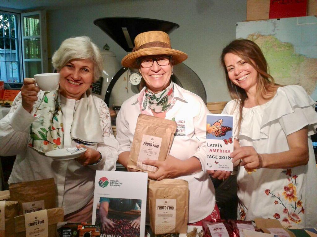 Josiane Cotrim (left), Julenia Lopes (center), Frauen für Frieden representative (right)