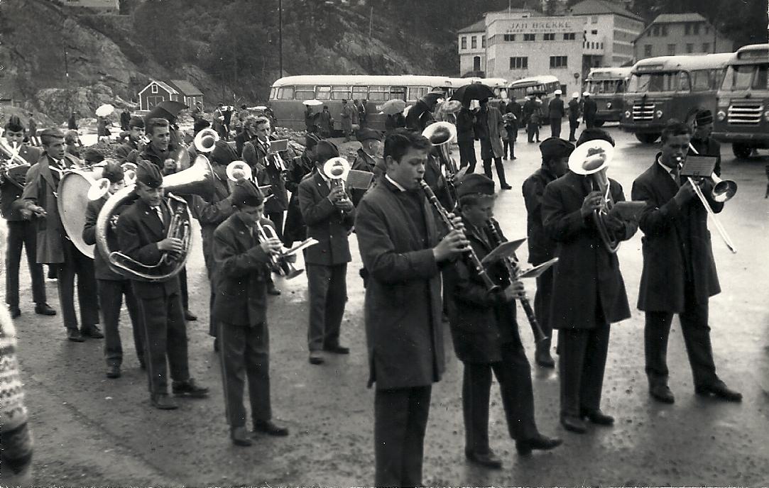 Her blir musikantene som kom med fergen tatt imot med musikk av Guttemusikken i Strusshamn.