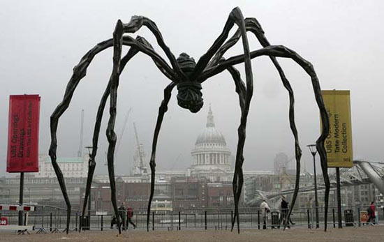 Louise Bourgeois, Maman, 1999, 365 x 351 x 403″ Steel and Marble. Installation view, Tate Modern, London, 2007