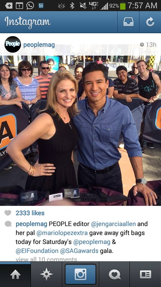 Mario Lopez giving away a SAG gift bag to a lucky viewer on Extra!