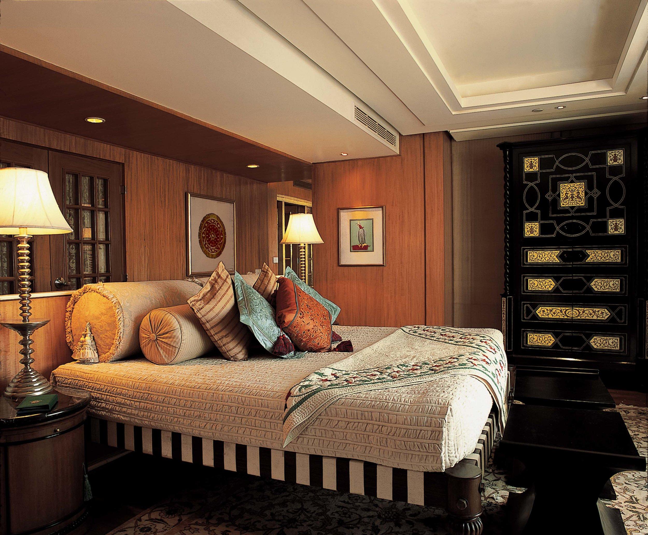007-The Oberoi Amarvilas, Agra - Kohinoor Suite Bedroom.jpg