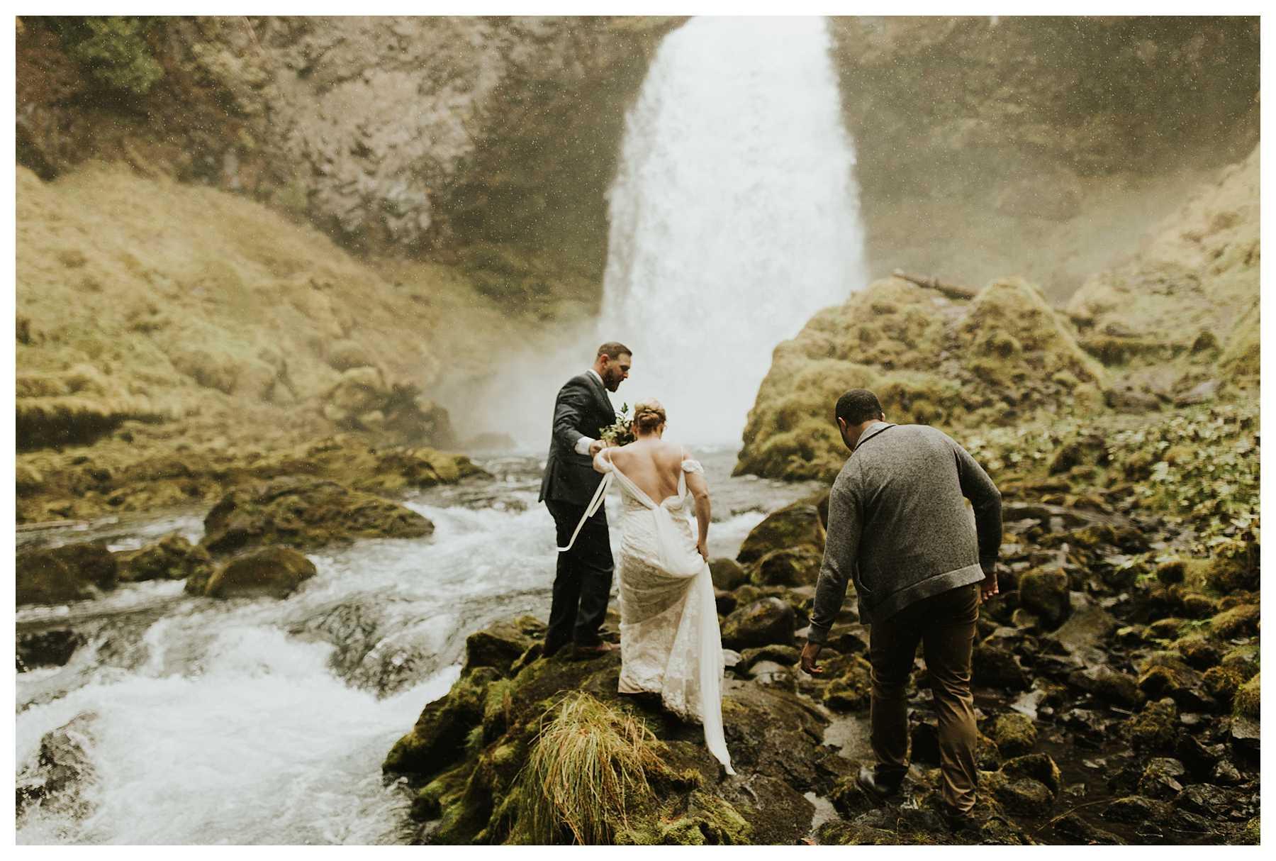 Oregon_Waterfall_Elopement_0014.jpg