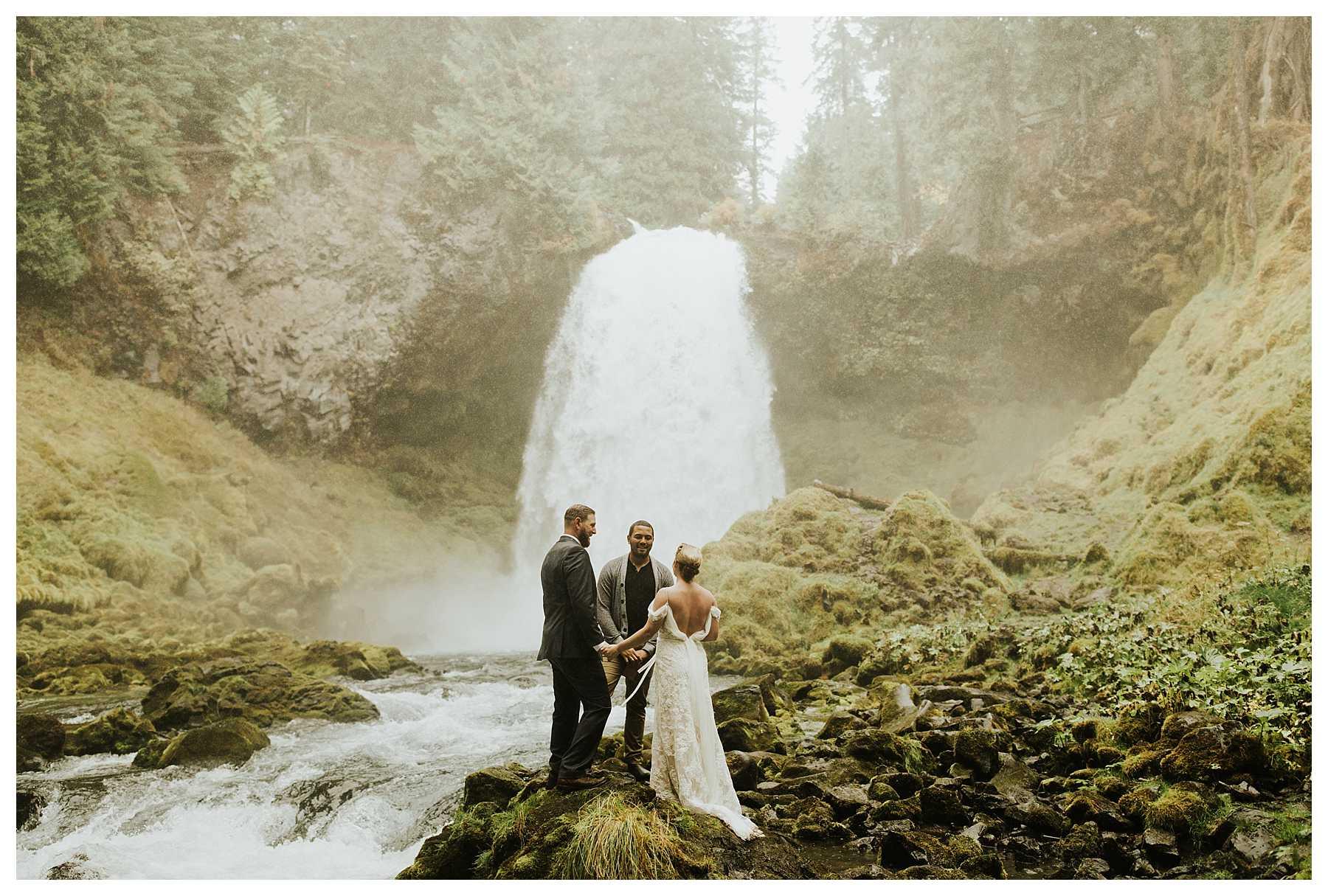 Oregon_Waterfall_Elopement_0015.jpg
