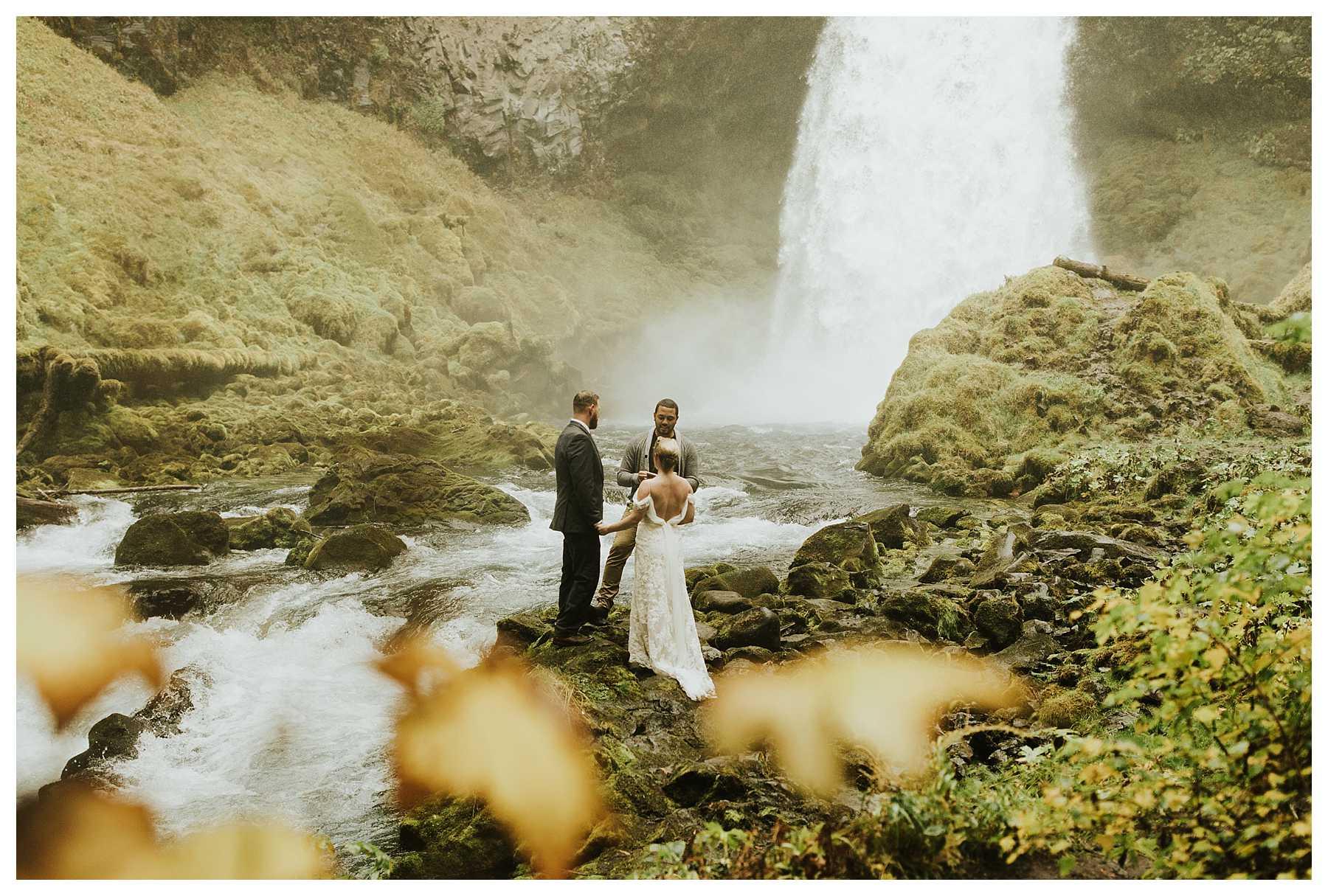 Oregon_Waterfall_Elopement_0016.jpg