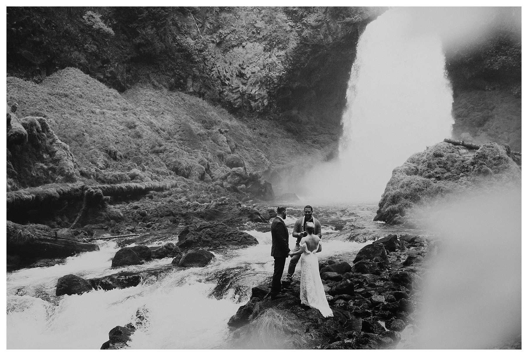 Oregon_Waterfall_Elopement_0017.jpg