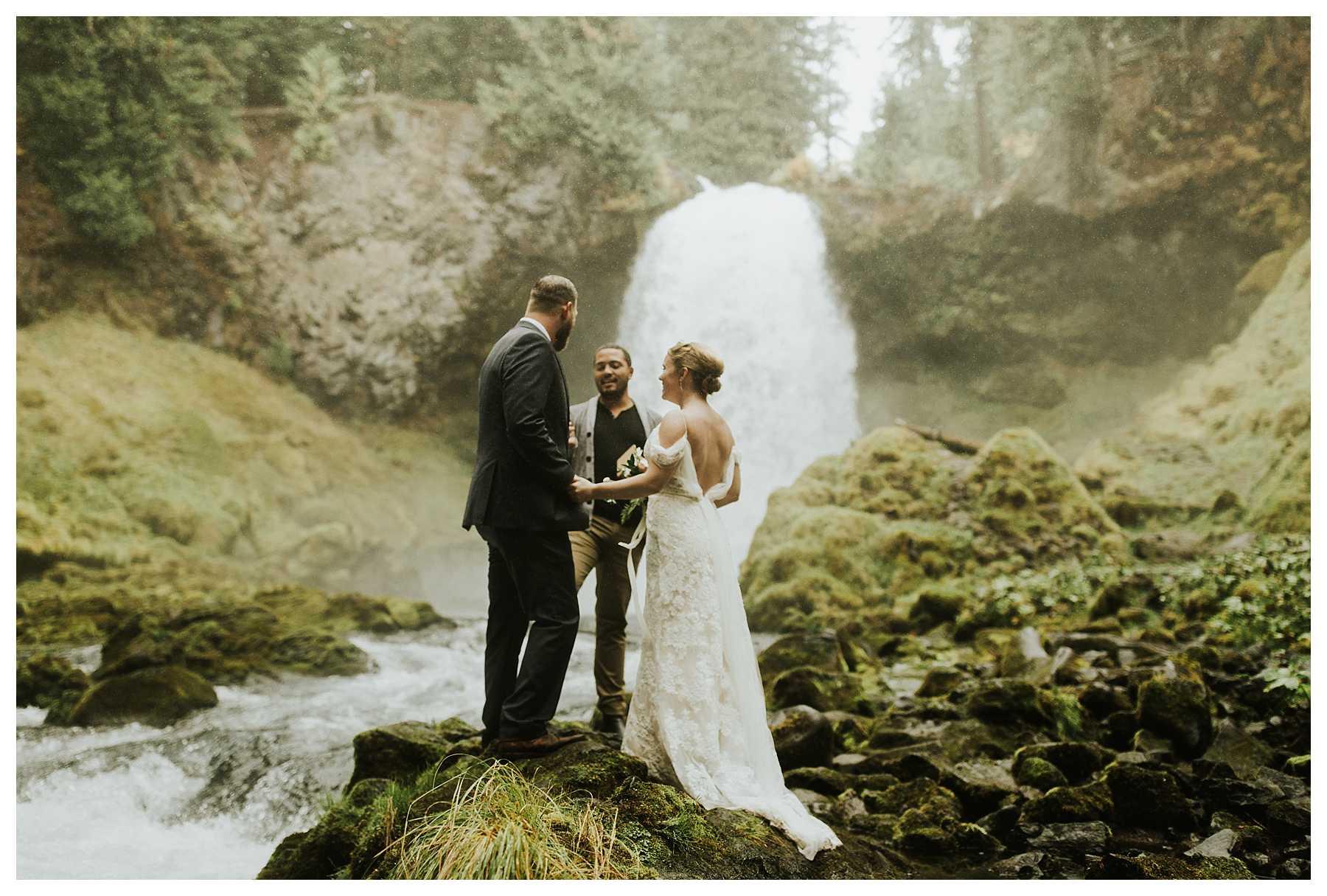 Oregon_Waterfall_Elopement_0021.jpg