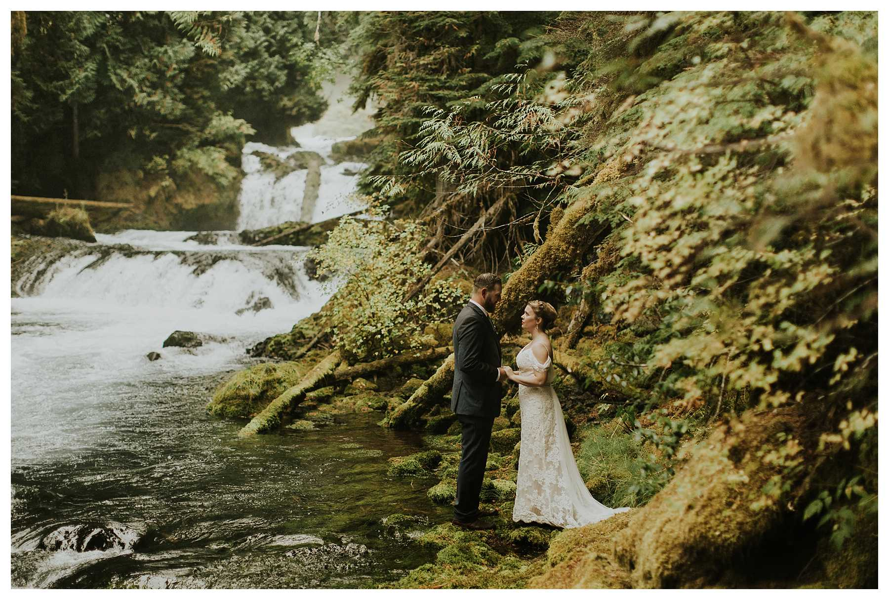 Oregon_Waterfall_Elopement_0030.jpg