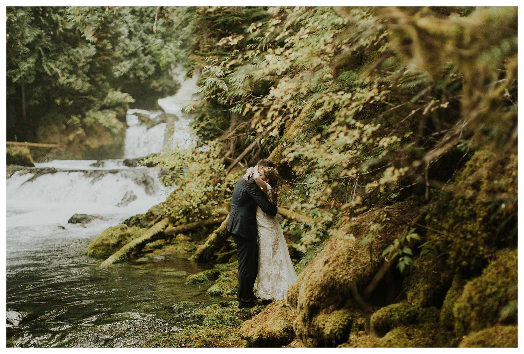 Oregon_Waterfall_Elopement_0031.jpg