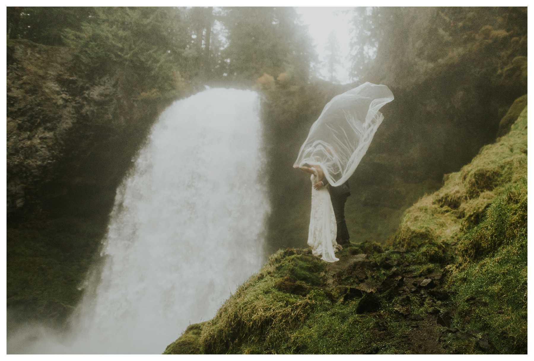 Oregon_Waterfall_Elopement_0044.jpg