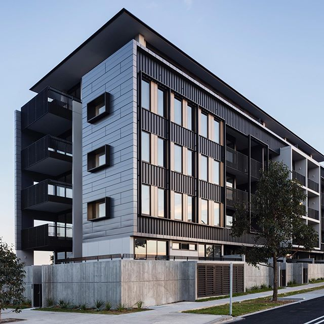 Illume Little Bay NSW. A finished look at the recently completed Illume apartments. Project features 5000m2 of our PVDF Aluminium range. Express Panel System – PVDF 0.8mm Silver Grey Aluminium/ PVDF 0.8mm Golden Bark Aluminium. Cliptray 48 System – PVDF 0.8mm Satin Black Aluminium. Installed - @industrycladdingroofing Architect - @makoarchitecture Builder - @richardcrookesconstructions 📷 - @brettboardmanphotography  #archclad #cladding #metalcladding #facade #tested #aluminium #architecture #architect #design #designer #construction #builder #built #nsw #australia