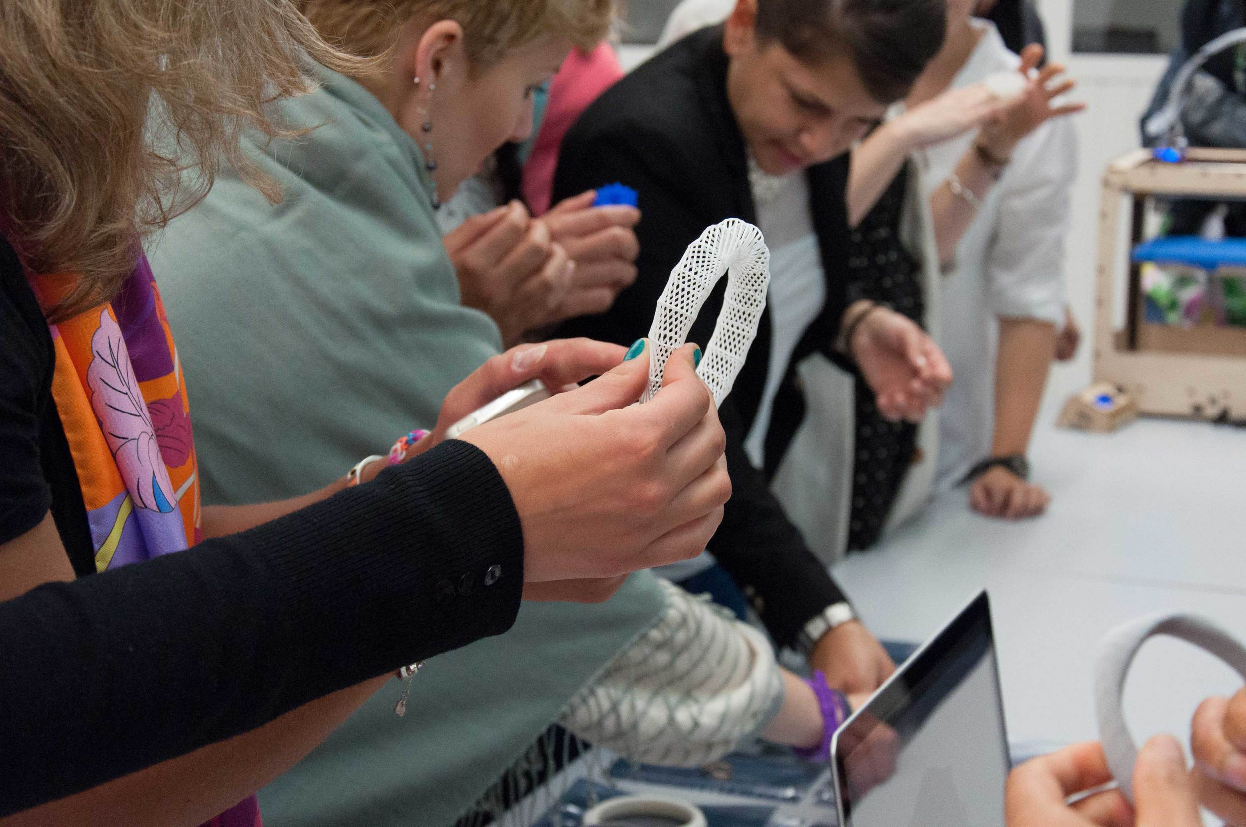 Students examining [ digimorphé ] pieces (picture by Robin Bervin ©SUPSI )