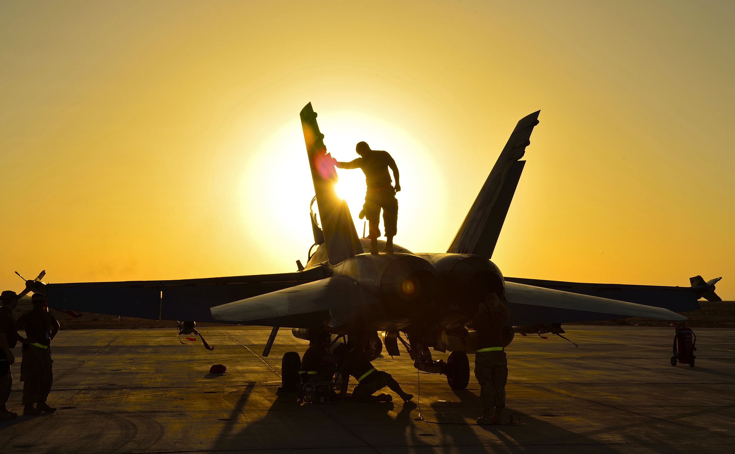 Royal Canadian Air Force ground crew perform post flight checks on a CF-18 fighter jet in Kuwait after a sortie over Iraq during Operation IMPACT on November 3, 2014. (Combat Camera)