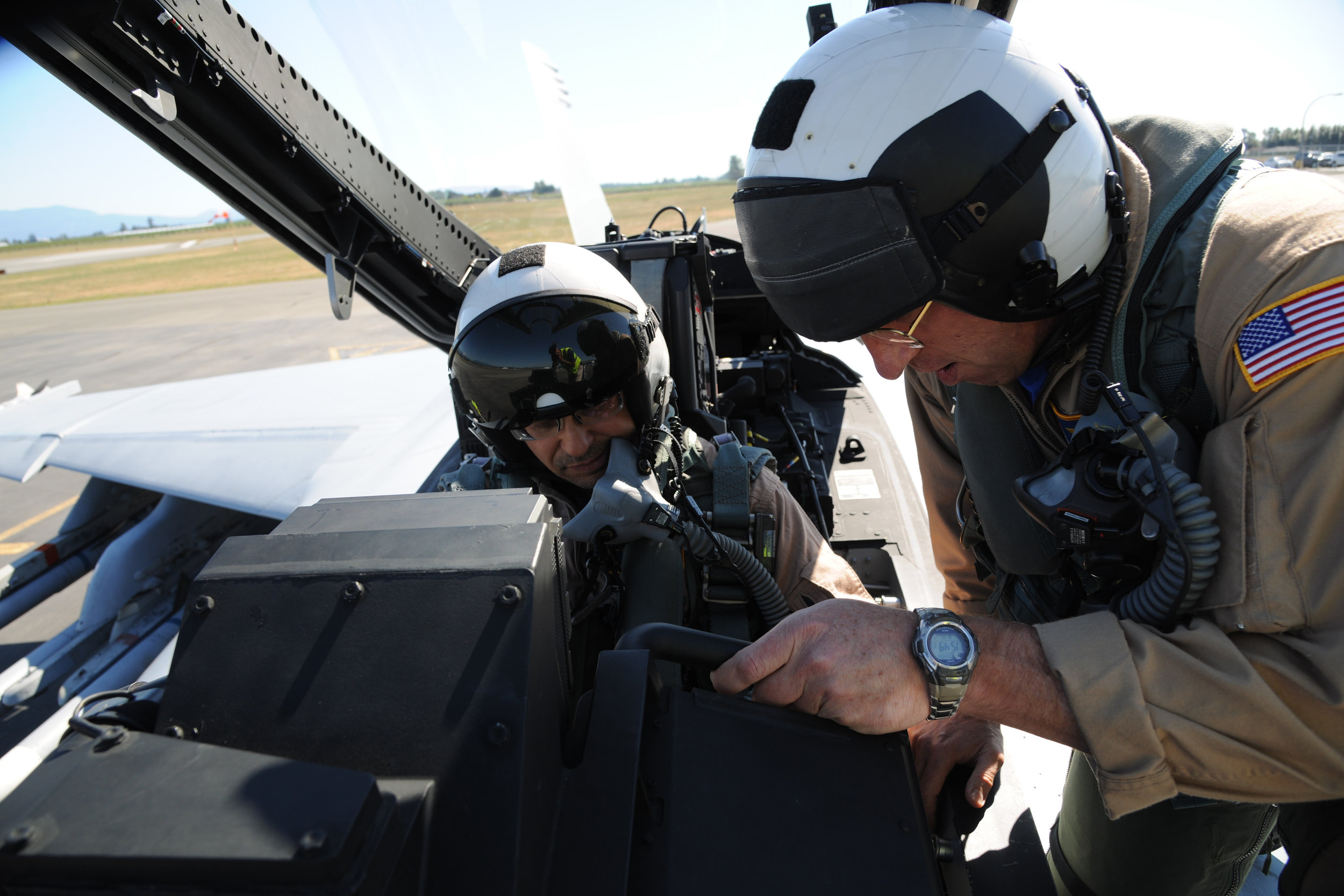 "Boeing test pilot Ty ""Grouch"" Frautschi, a retired U.S. Navy fighter pilot, goes over last-minute instructions with Esprit de Corps journalist David Pugliese before a flight in the Super Hornet."