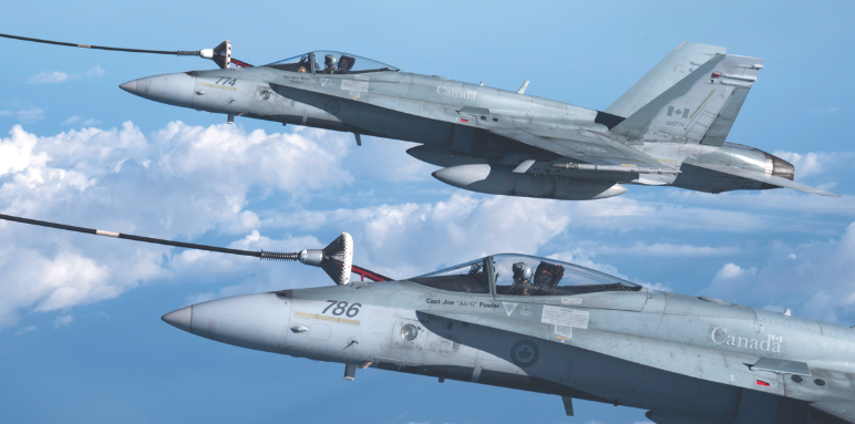 Two CF-188 Hornet aircraft from 433 Tactical Fighter Squadron conduct air-to-air refueling during Exercise TIPIC SAUVAGE in Florida on February 7, 2017. (cpl jean-roch chabot, 3 wing bagotville, dnd)