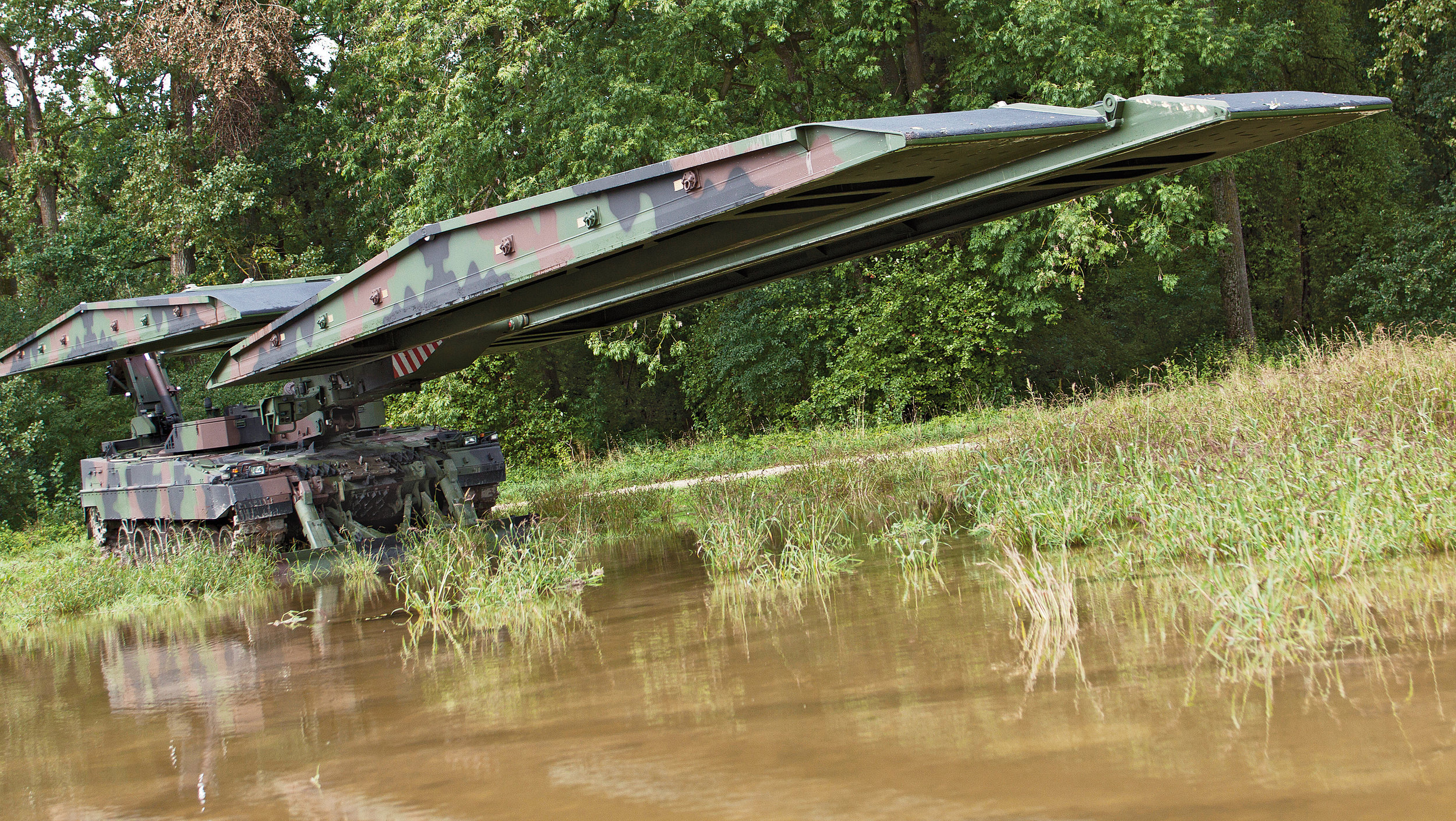 The Leguan's launching system consists of the laying mechanism, a support blade, hydraulics and the control system. It is also a versatile system that can be configured into several different options: it can lay a 14 or 26 metre-long bridge in a matter of minutes, in all weather, day or night.
