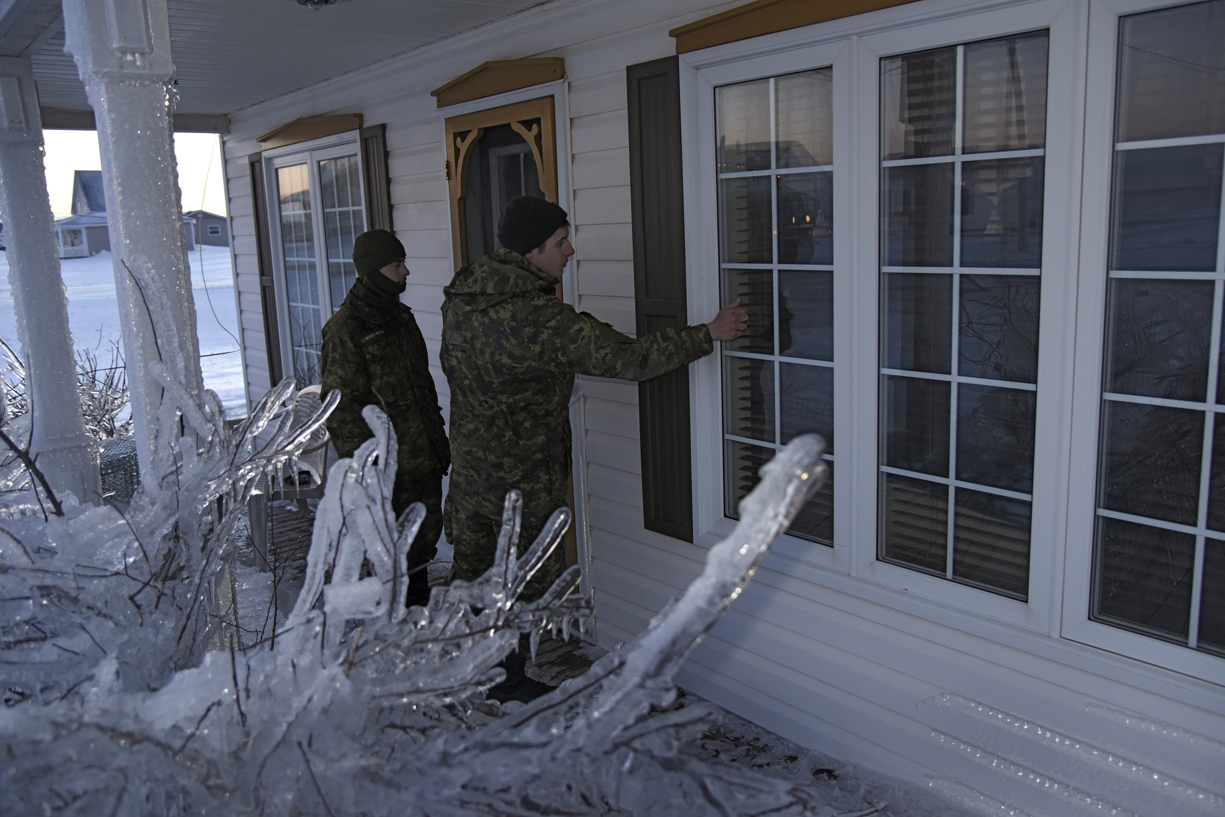 Members of 4th Artillery Regiment (General Support) knock on a window during their door-to-door check to ensure residents are safe during Operation LENTUS 17-01 — the CAF's response to the ice storm that affected some 200,000 homes in the Acadian Peninsula of New Brunswick in January 2017. Following the April flooding in Kashechewan, Ontario and the May flooding in Quebec and Newfoundland, the CAF is now undertaking its fifth mission against natural disasters in 2017 with the committing of resources to assist in fighting the B.C. wildfires emergency. (wo jerry kean,   5   cdn div public affairs, dnd)