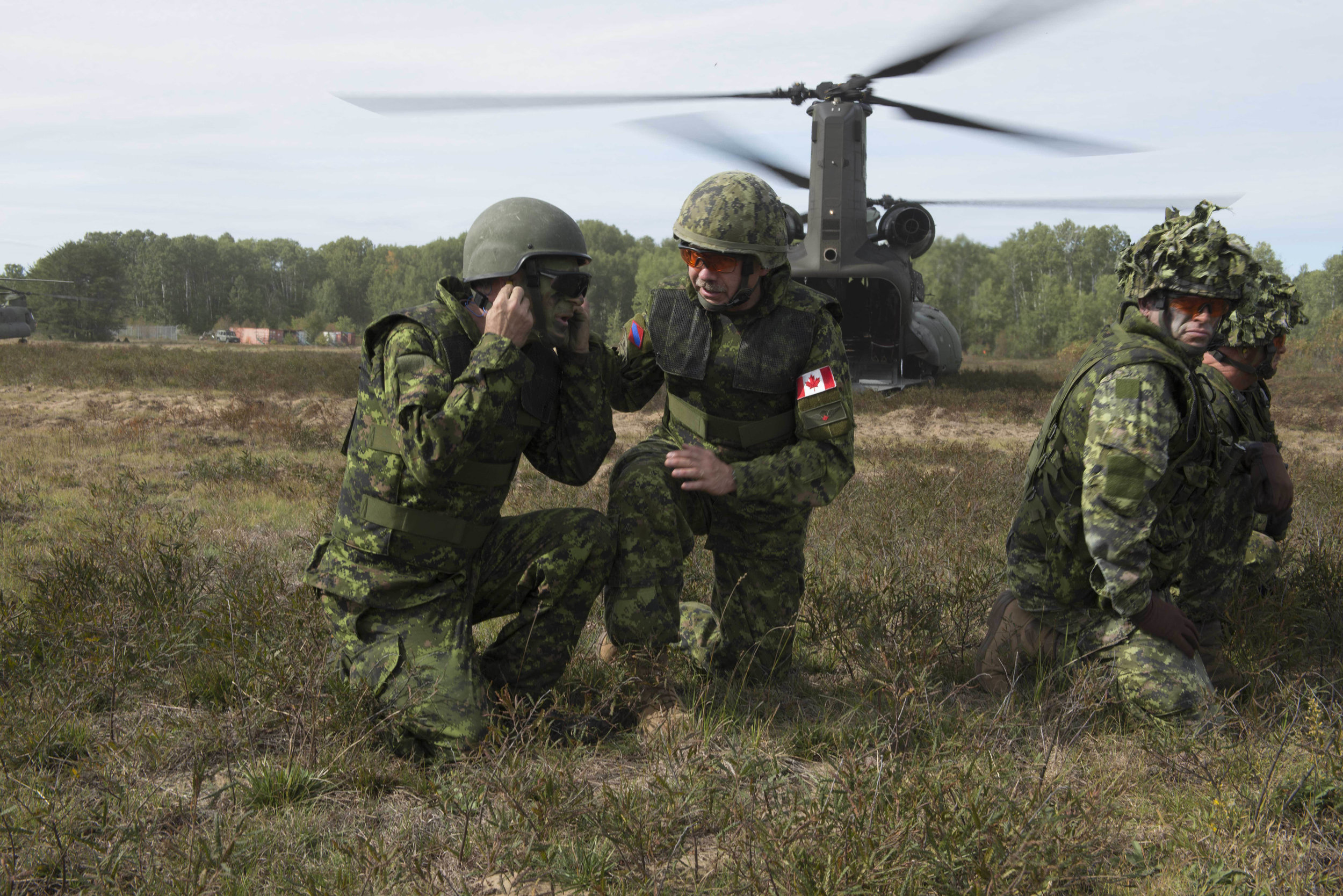 : Exercise Collaborative Spirit aims to familiarize senior government personnel and industry leaders with the combat capabilities that exist in 2 Canadian Mechanized Brigade Group, 4th Canadian Division, and the CAF to showcase its personnel and equipment. LGen Paul Wynnyk (second from left) answers a question from one of the participants after disembarking from a CH-47 Chinook helicopter. (mcpl kurt visser, directorate army public affairs)