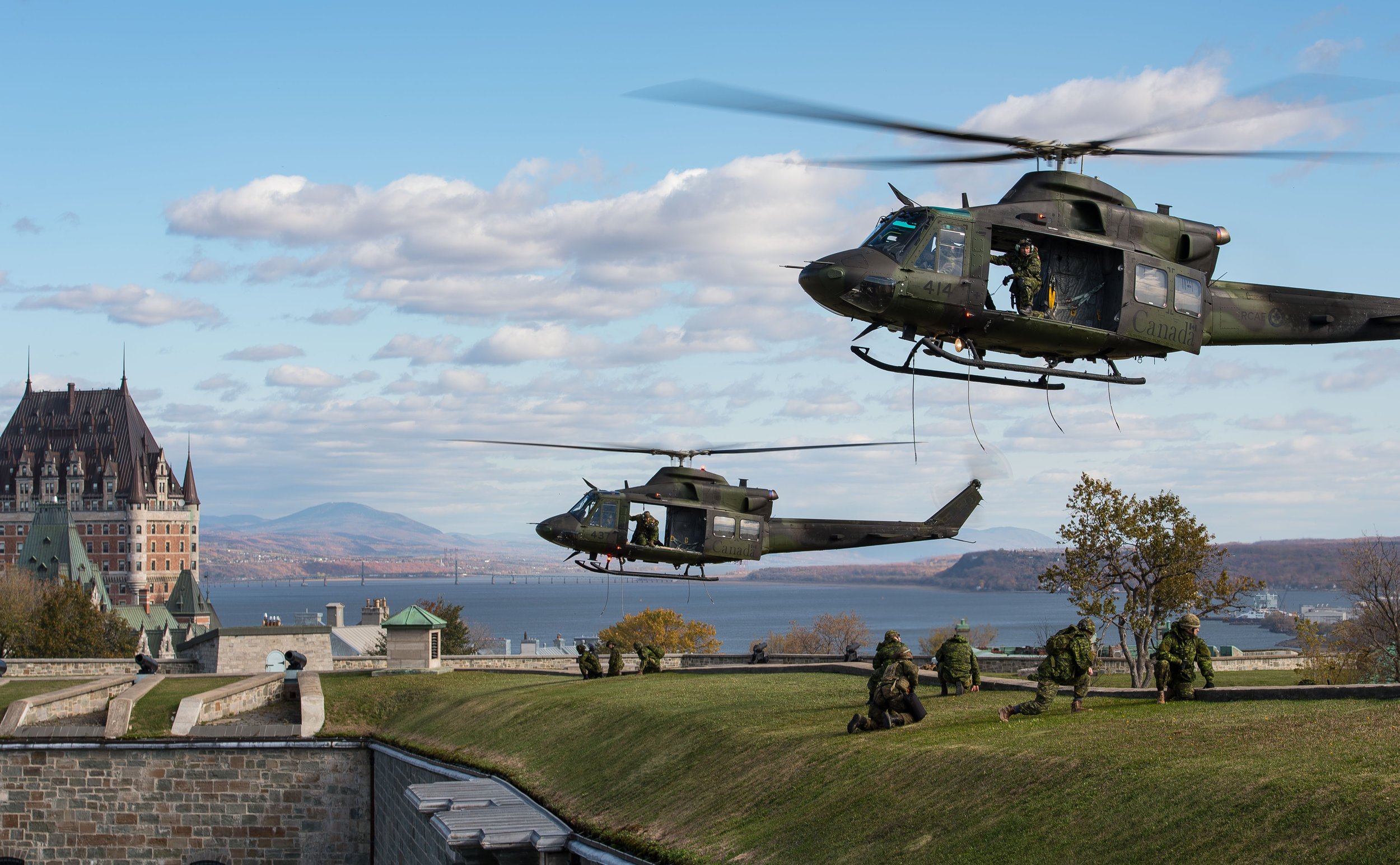 CH-146 Griffon helicopters from 430 Tactical Helicopter Squadron land at the Citadelle in Quebec City during Exercise SPARTIATE ECLAIREUR on October 20, 2017. The CH-146 Griffon is a utility tactical transport helicopter that has been in service with the CF since 1995. The Griffon's primary role is tactical transportation of troops and material, but is also used for SAR, surveillance and reconnaissance, and humanitarian relief operations. (sgt marc-andré gaudreault, valcartier imagery services)