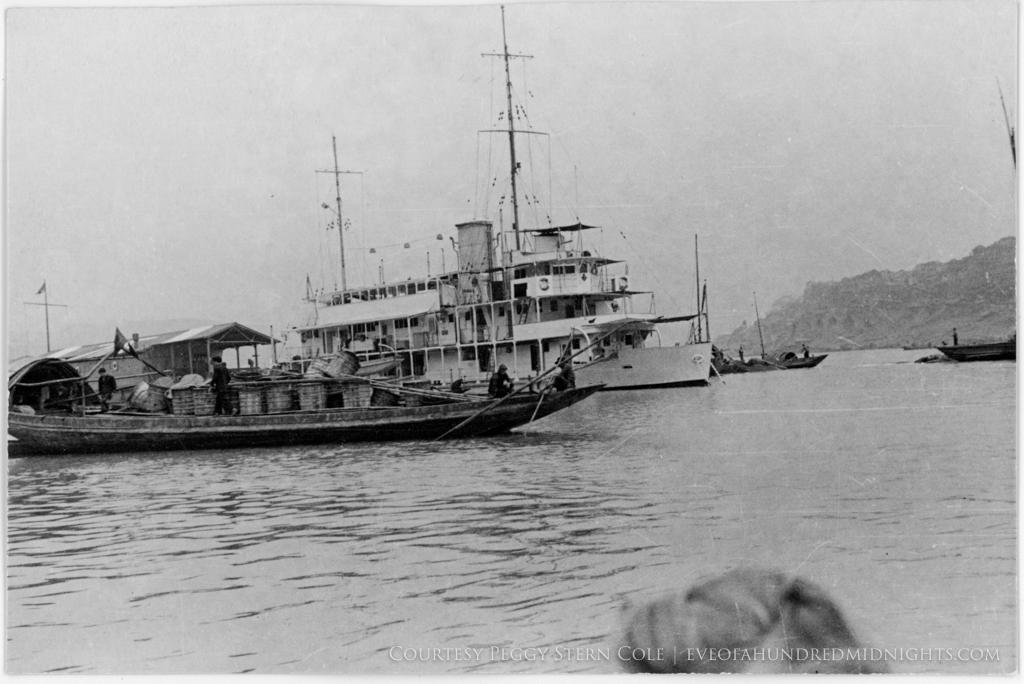 Passenger Boat and Sampans on Yangtze.jpg