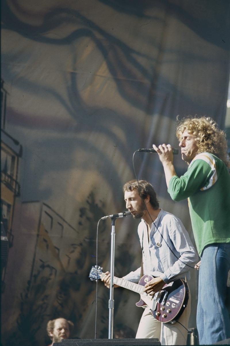 TWO SINGERS.jpg