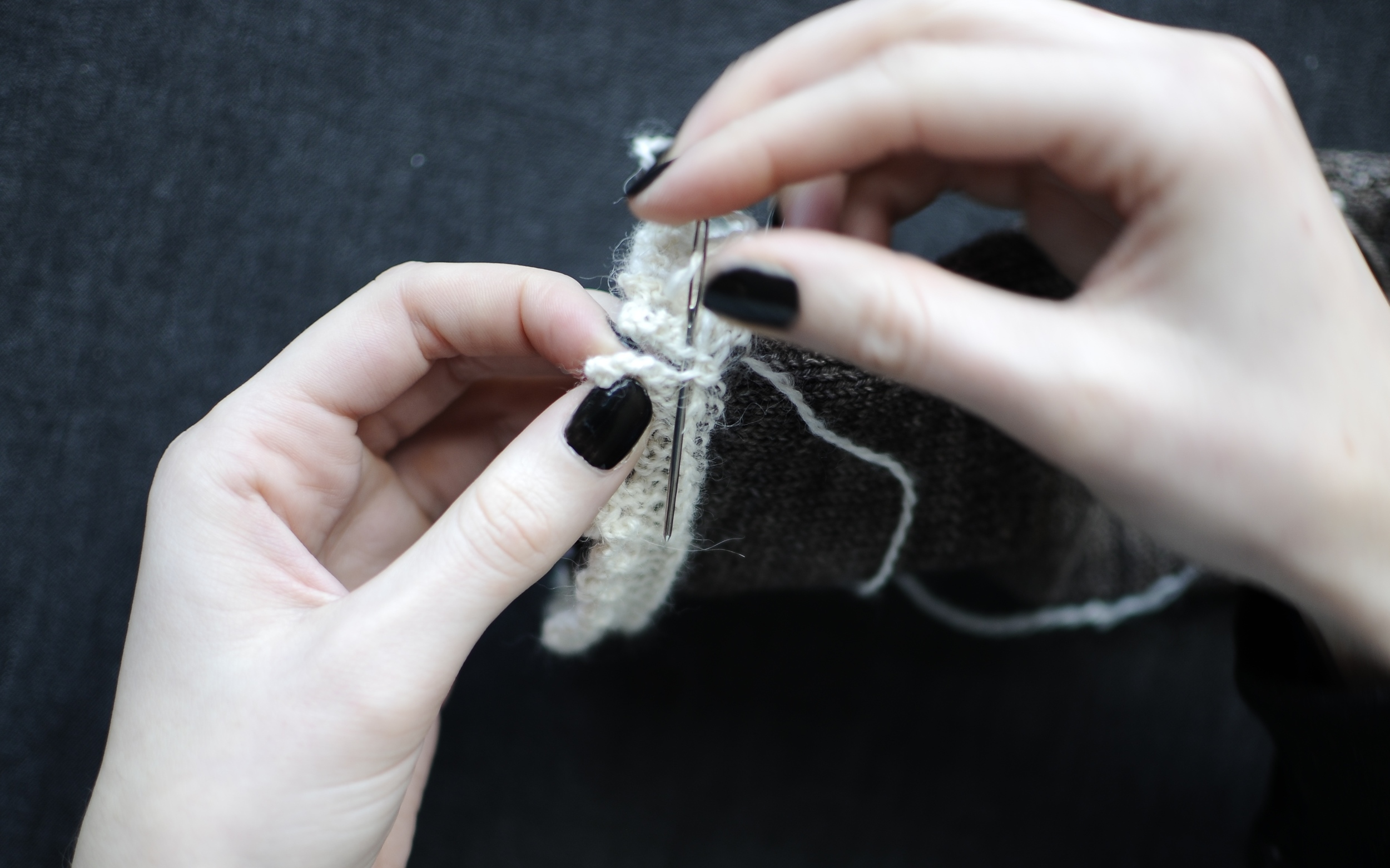 15. With the end of Yarn B, sew up the beginning and end of the lace trim for a nearly seamless finish.