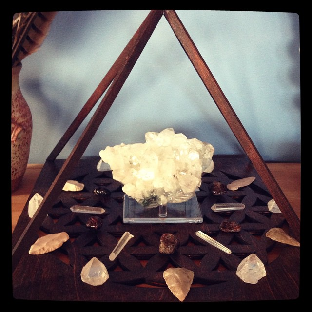apophyllite grid with garnet, clear quartz, and white arrowheads.
