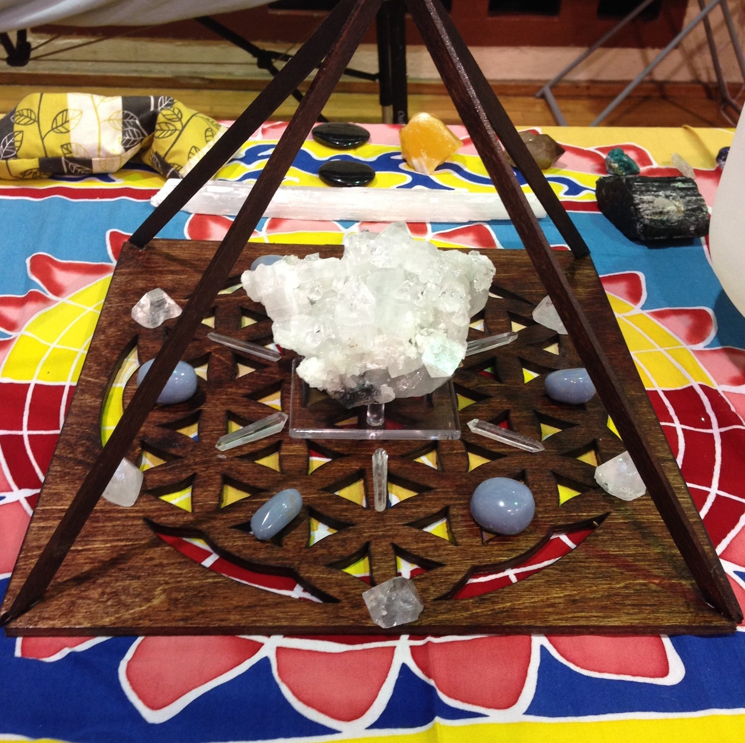 High vibration grid for upper chakra work at the Spirit of Oneness Expo. Includes apophyllite, angelite and clear quartz.