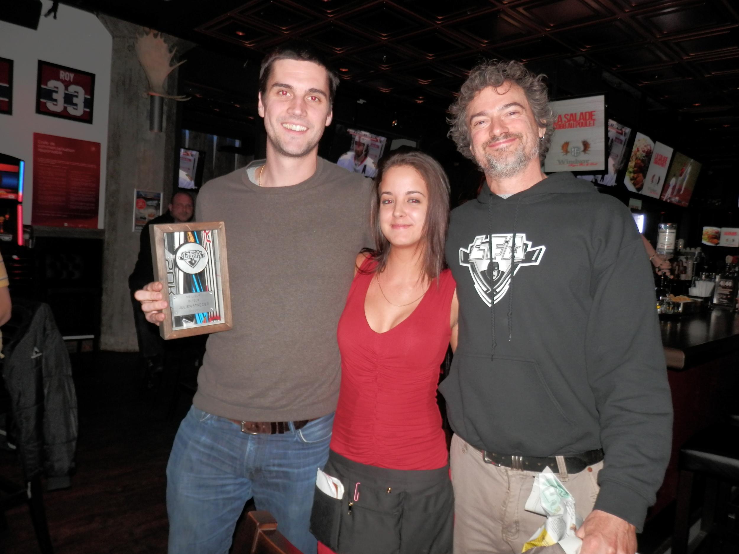 Julien Staeger gagnant du meilleur buteur et pointeur de la saison en compagnie de notre charmante hôtesse au Windsor hyper bar & grill, Astacia et de moi-même.