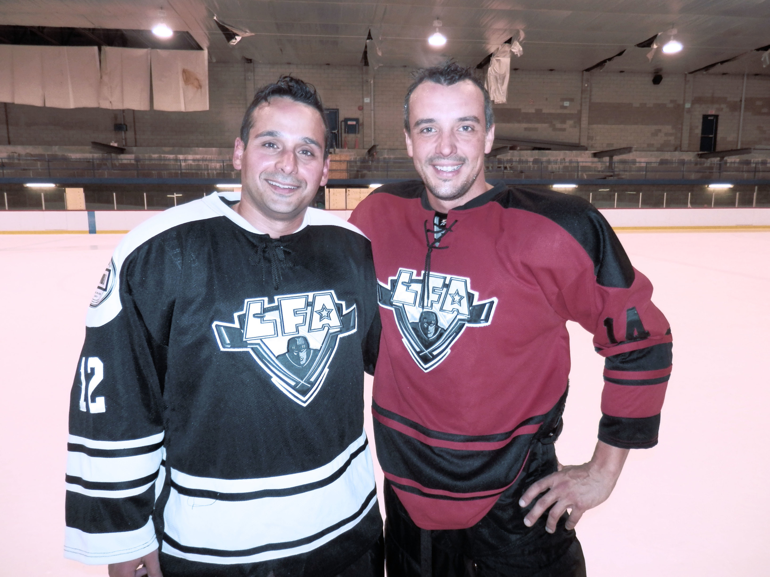 Derek Melo commanditaire des Cabane Loggers et François ¨Poirier commanditaire des Tomahawks de rouge horizon après leur match de samedi.