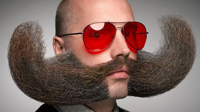Moustache ne respectant pas les paramètres de Movember mais qui score gros pour l'originalité.