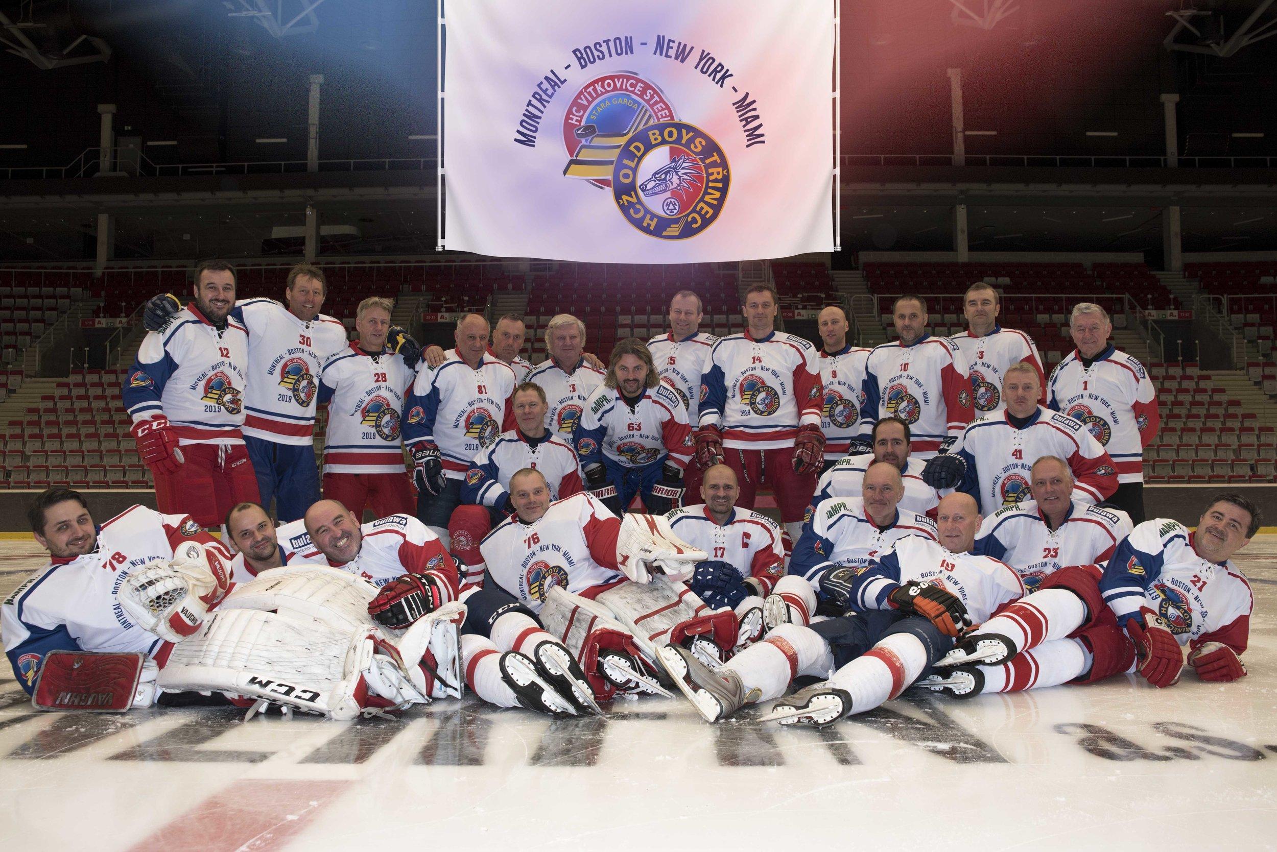 Le Stara Garda Vítkovice & Old Boys Trinec qui affronteront des équipes dans 4 villes nord américaines soit Montréal, Boston, New york et Miami comme en fait foi le drapeau cossu pour la tournée surplombant l'équipe.