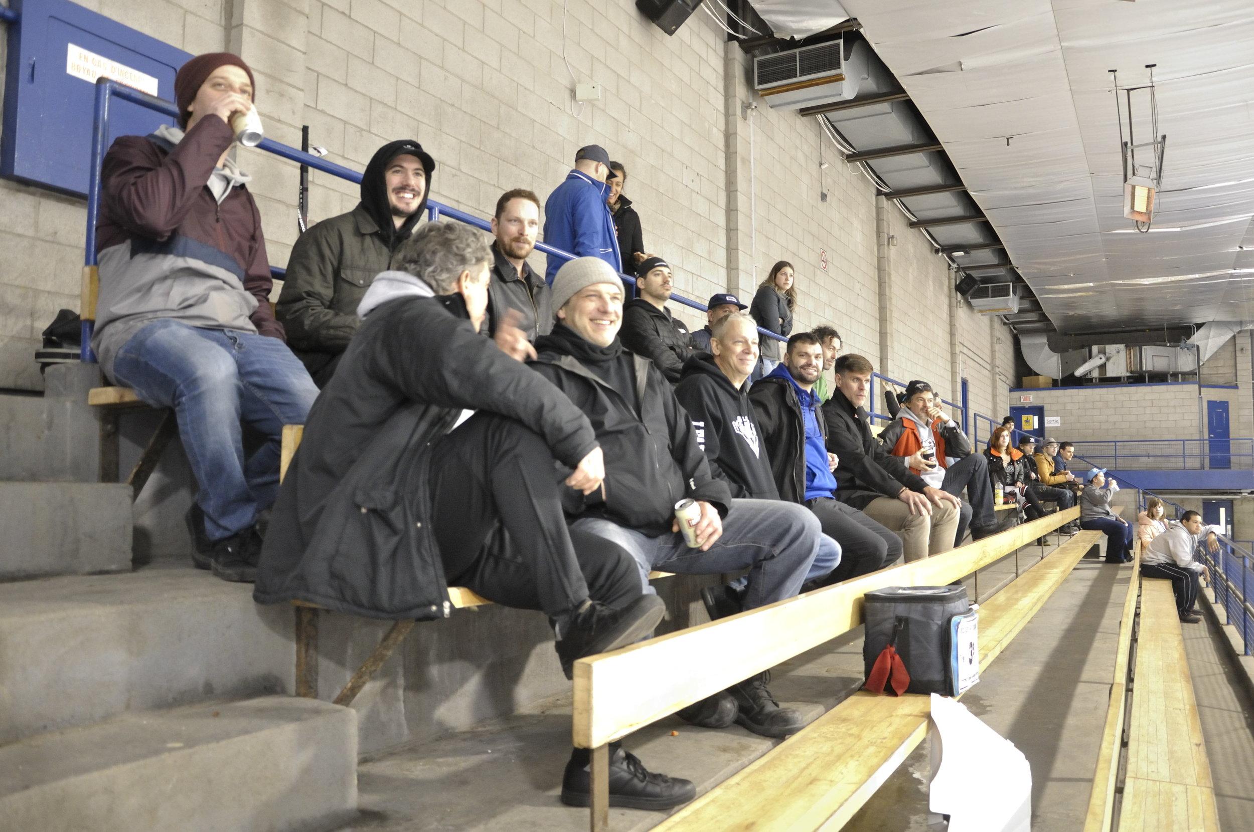 plusieurs sont restés pour passer du bon temps ensemble et regarder les matches de séries qui n'ont pas déçus (photo lisette nepveu)