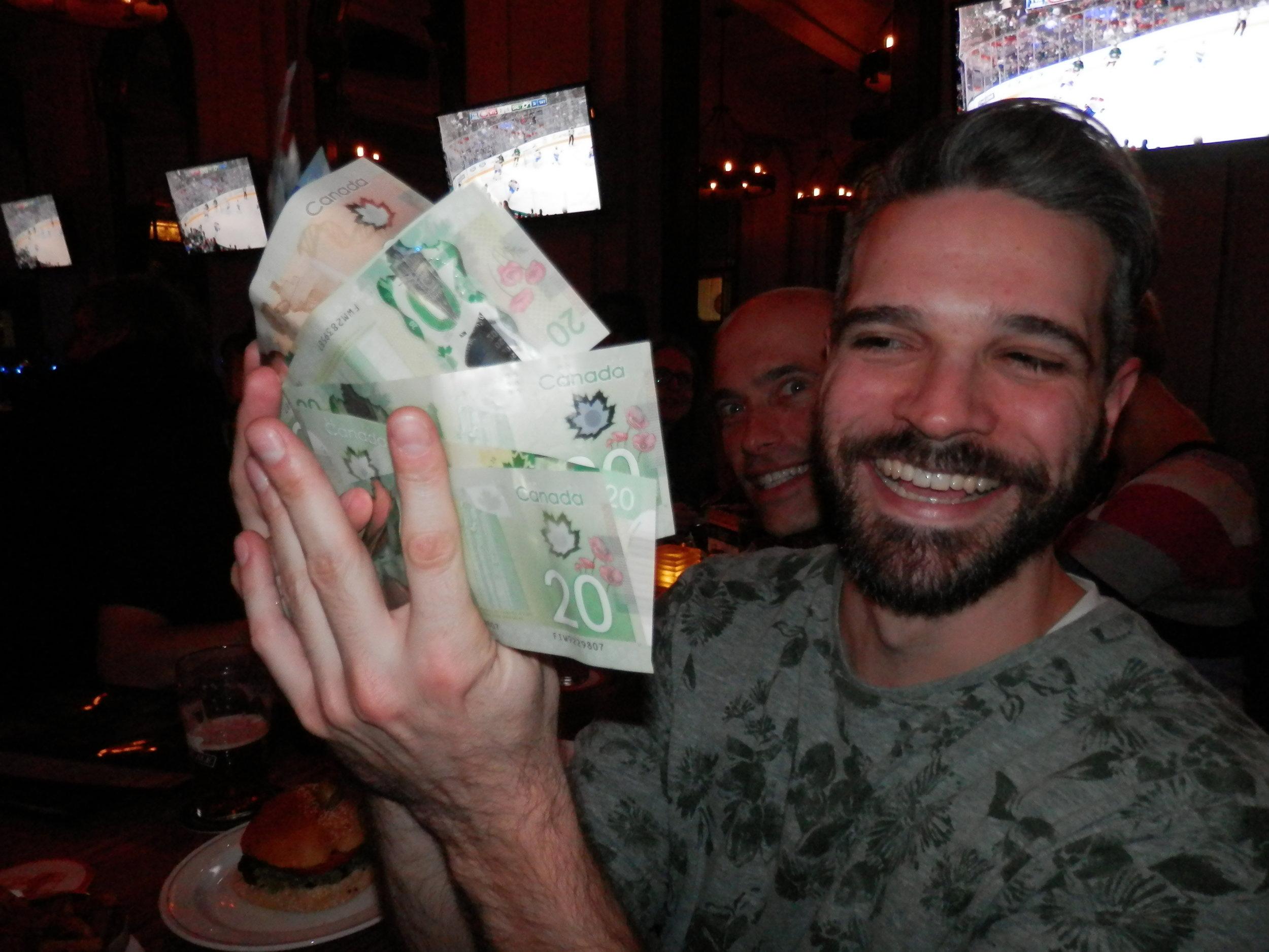 Toujours chanceux dans les tirages, Alex était de tous les événements sociaux de la LFA. Quand je vous dis que le gars était chanceux, c'est pas des farces ! Un autre tirage qui a tourné en sa faveur (photo JFD)